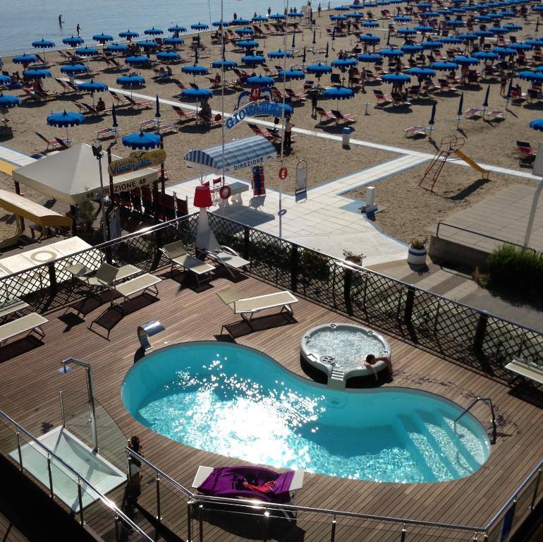 Vista sulla piscina di Hotel Baia o su una piscina nei dintorni