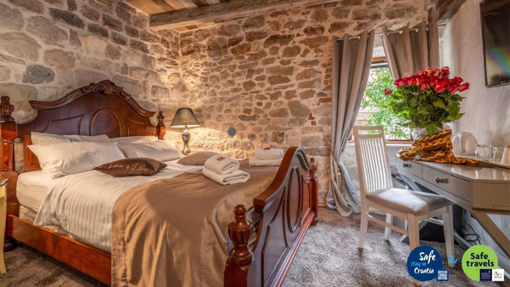 Ein Bett oder Betten in einem Zimmer der Unterkunft Heritage Palace Varos - MAG Quaint & Elegant Boutique Hotels