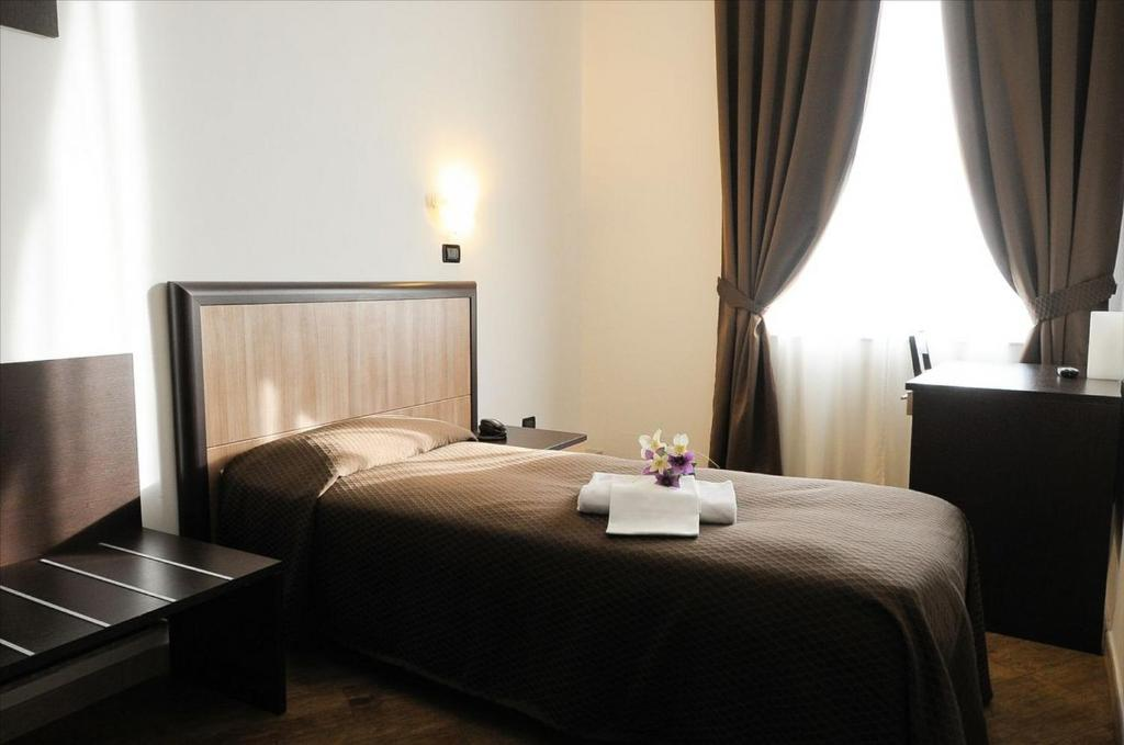 A bed or beds in a room at Hotel Chopin