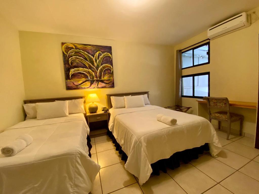 A bed or beds in a room at Morrison Hotel de la Escalon