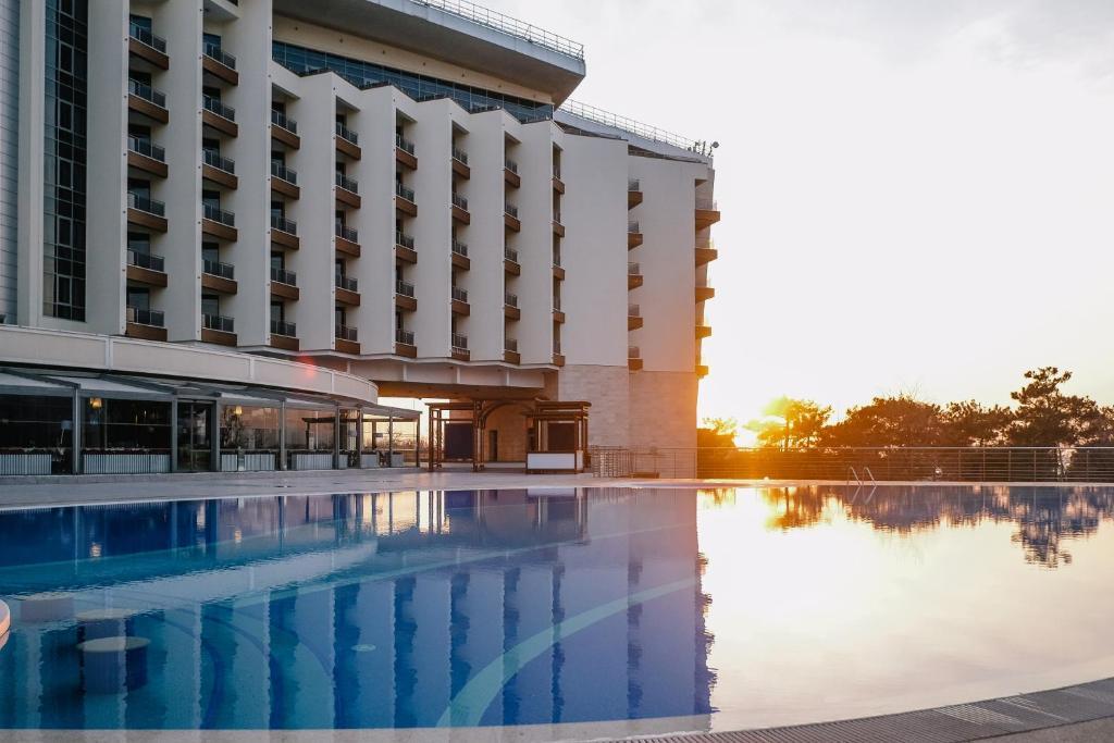 Бассейн в Метрополь Гранд Отель Геленджик или поблизости