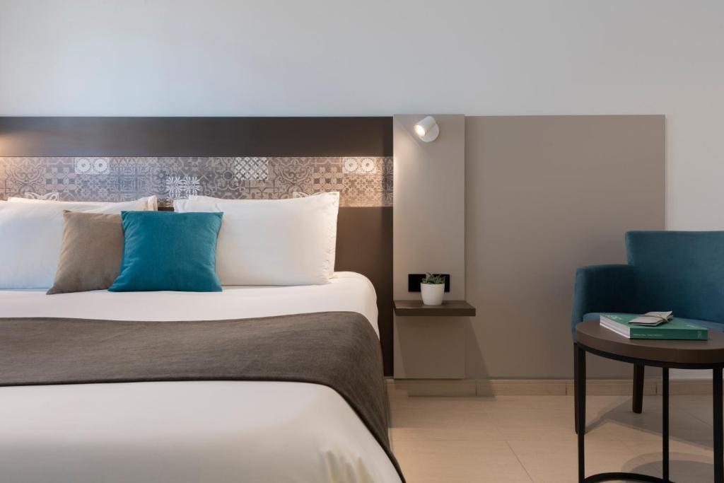 Een bed of bedden in een kamer bij Bayview Hotel by ST Hotels