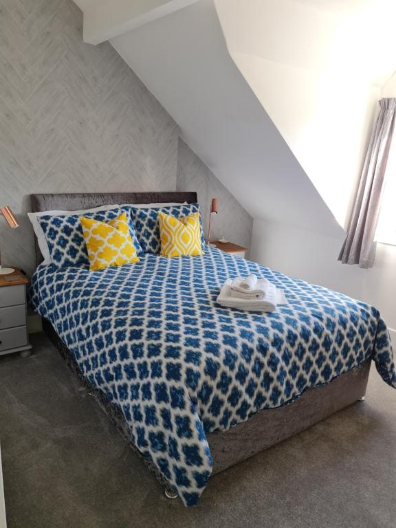 A bed or beds in a room at Glascoed Guest House