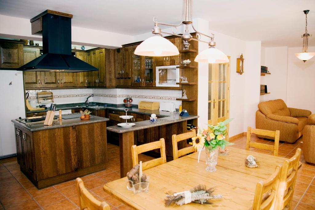Una cocina o zona de cocina en Casa Rural La Pedrosa