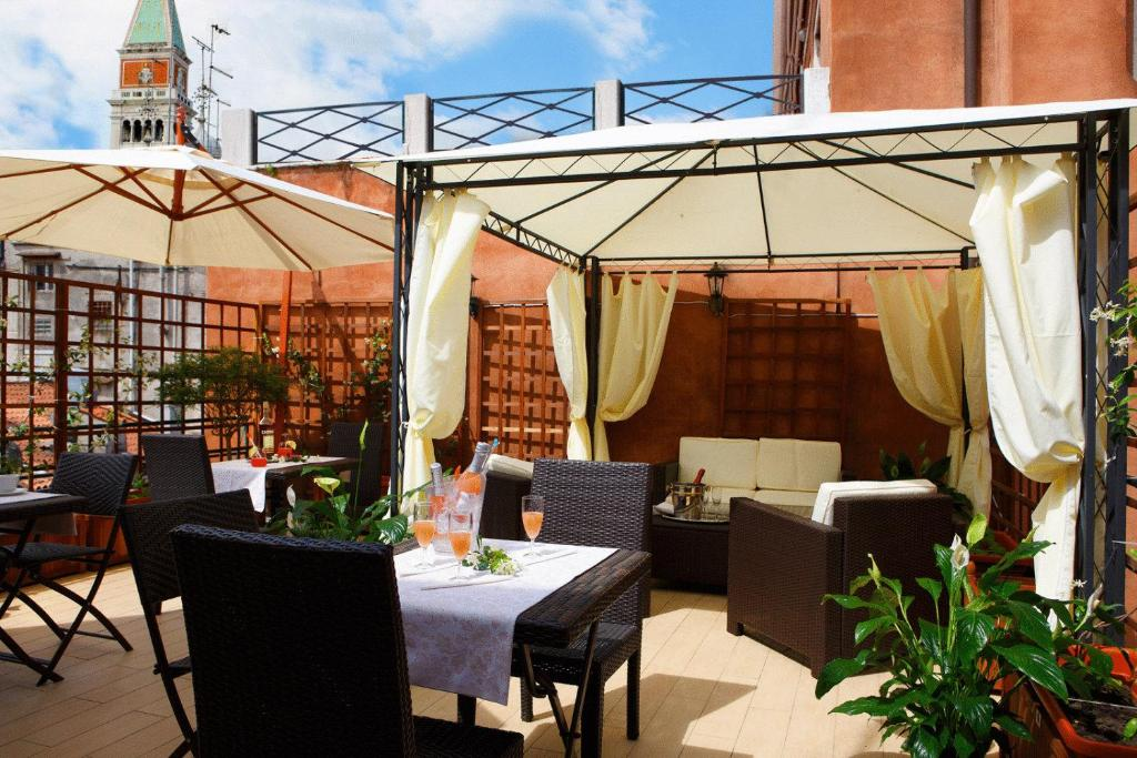 Um restaurante ou outro lugar para comer em Hotel Castello