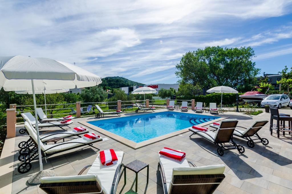 The swimming pool at or close to Apartments Mali Paradiso