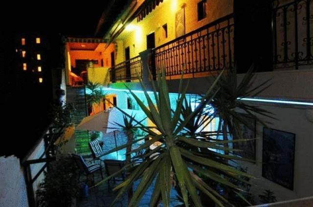 Ein Blick auf den Pool von der Unterkunft Hotel Petunia oder aus der Nähe
