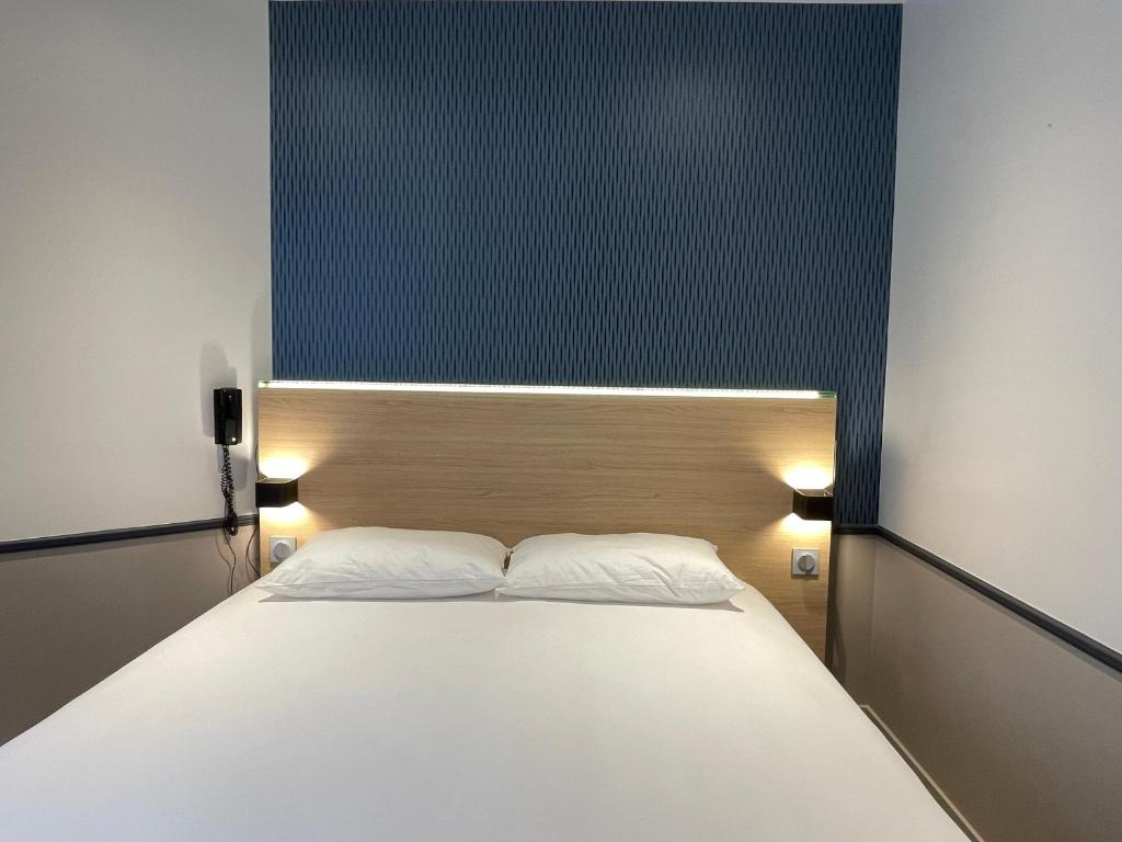 A bed or beds in a room at Hotel de Saint-Germain