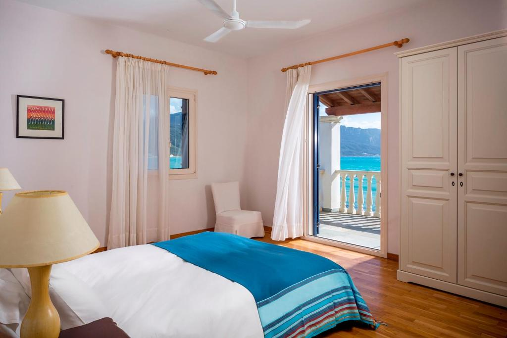 A bed or beds in a room at Cosmos Beach House
