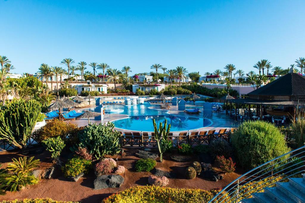 Uitzicht op het zwembad bij HL Club Playa Blanca of in de buurt