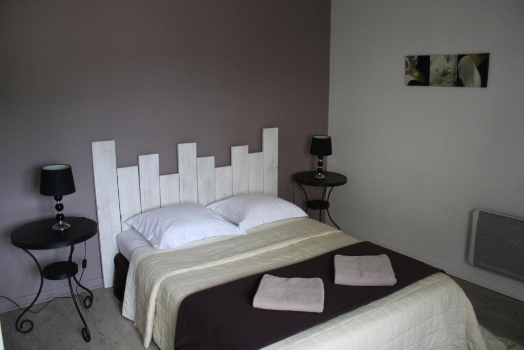 A bed or beds in a room at La Pousada