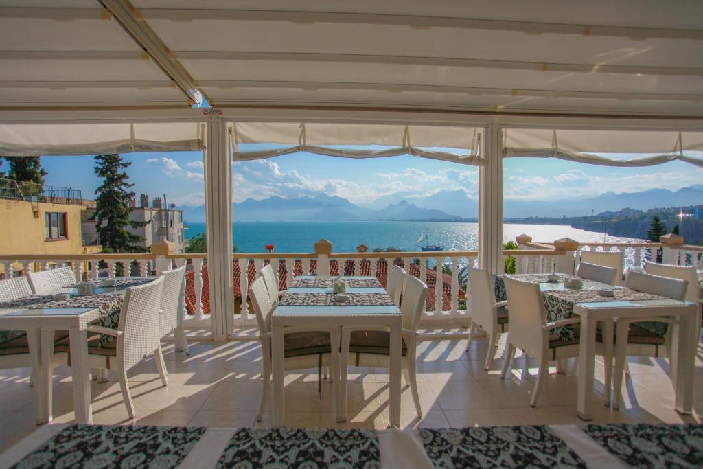 A restaurant or other place to eat at Bacchus Pension