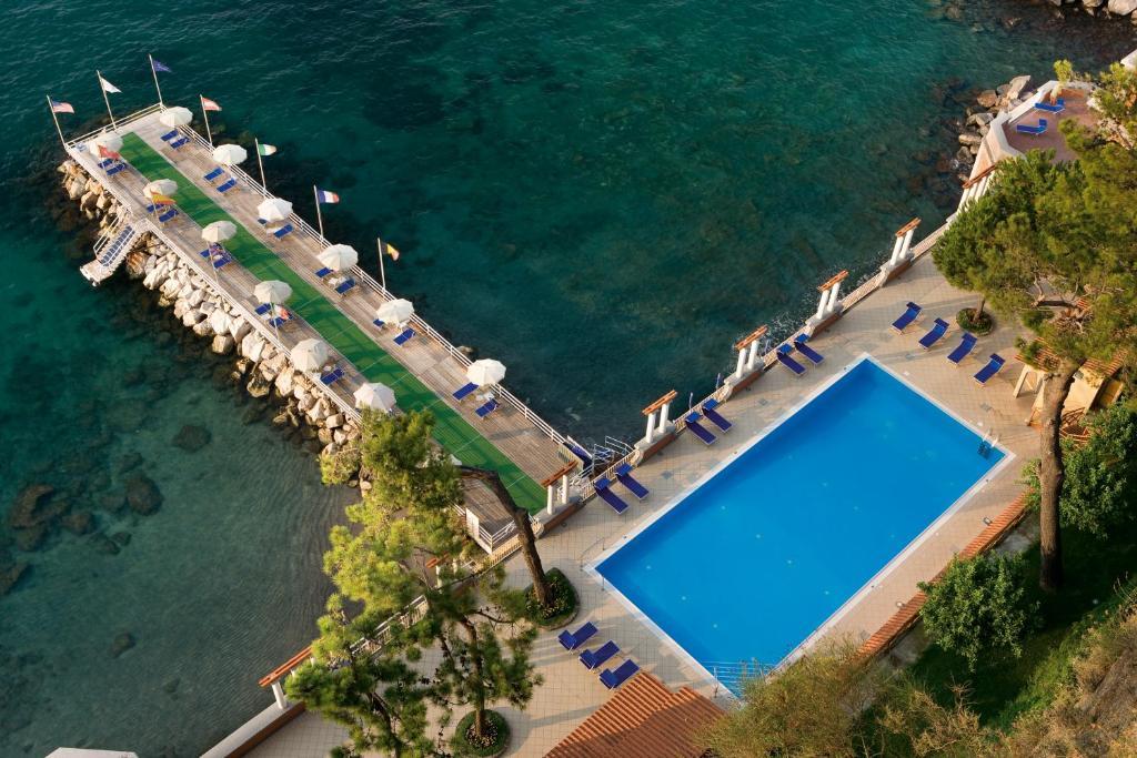 Vista sulla piscina di Grand Hotel Europa Palace o su una piscina nei dintorni