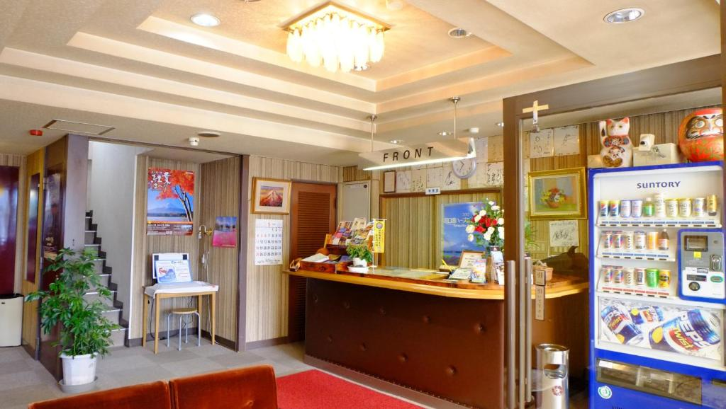 De lobby of receptie bij Plaza Inn Kawaguchiko