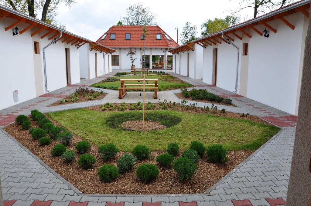A garden outside Piknik Park Szabadidő Központ