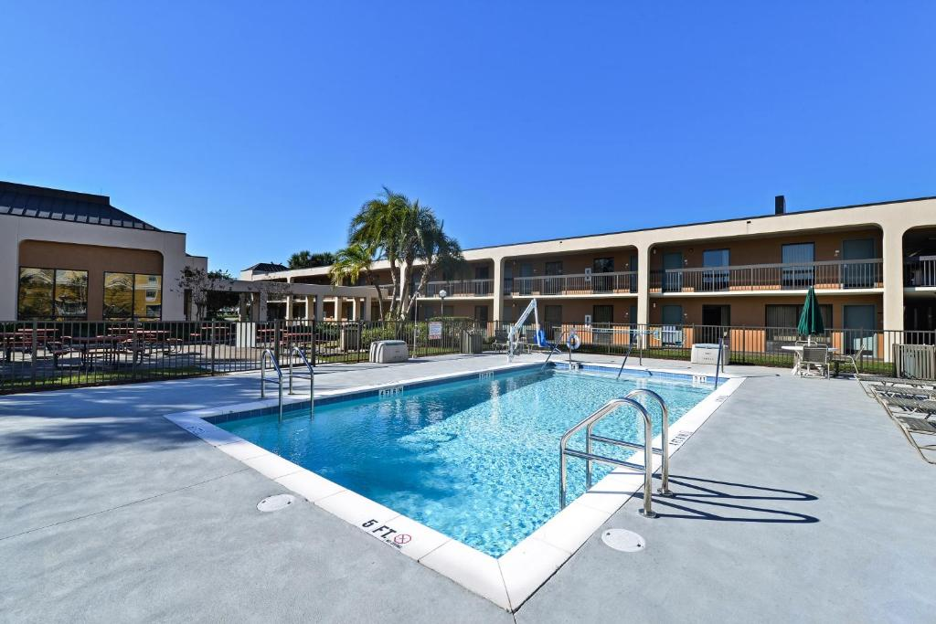 The swimming pool at or near Quality Inn Altamonte Springs