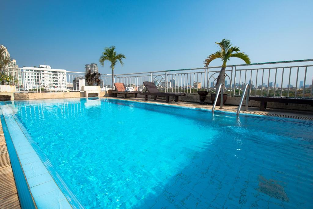 Bazén v ubytování Sathorn Saint View Serviced Apartment nebo v jeho okolí