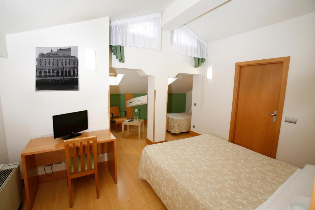 Una televisión o centro de entretenimiento en Hotel Bilbao Jardines