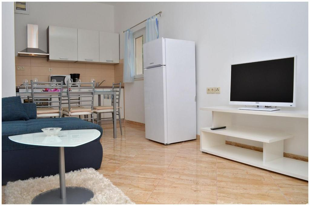 A television and/or entertainment centre at Apartments Luciano