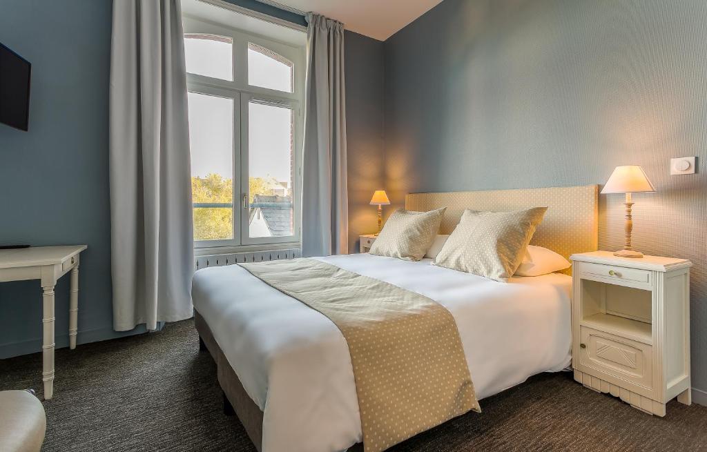 A bed or beds in a room at Hôtel des Marais Salants