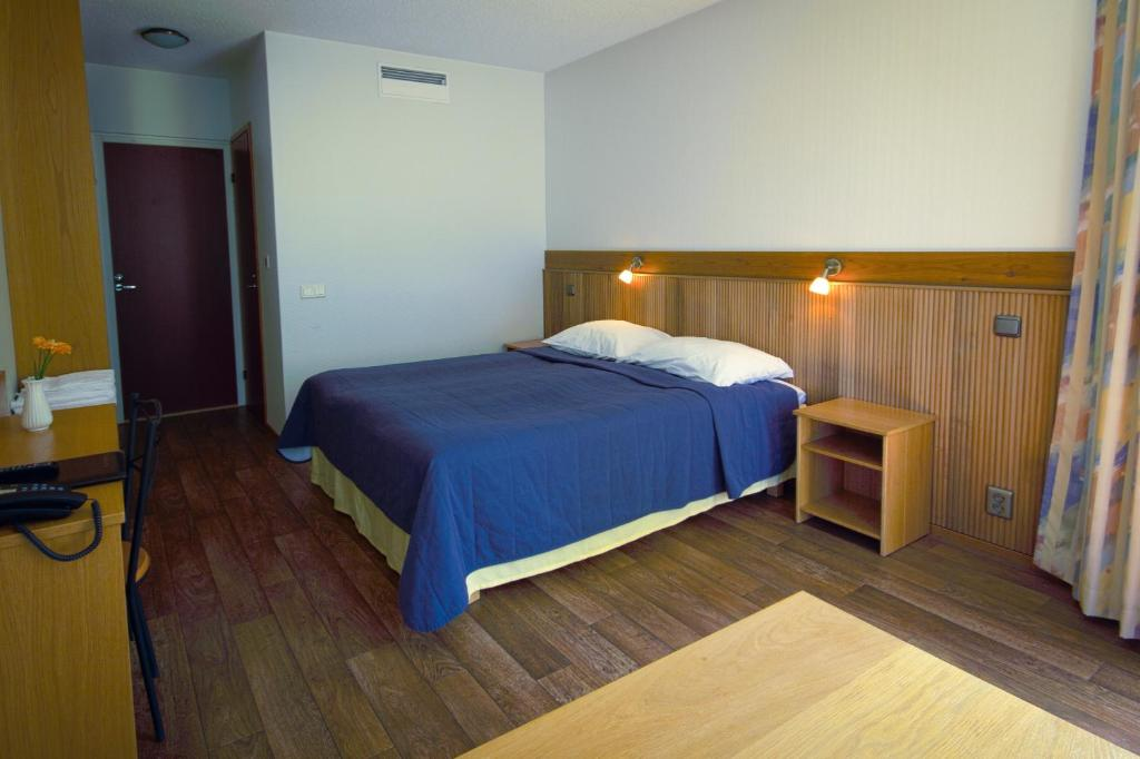 Säng eller sängar i ett rum på Hotelli Pesti