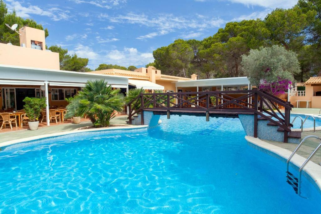 Der Swimmingpool an oder in der Nähe von Apartamentos Ses Eufabietes