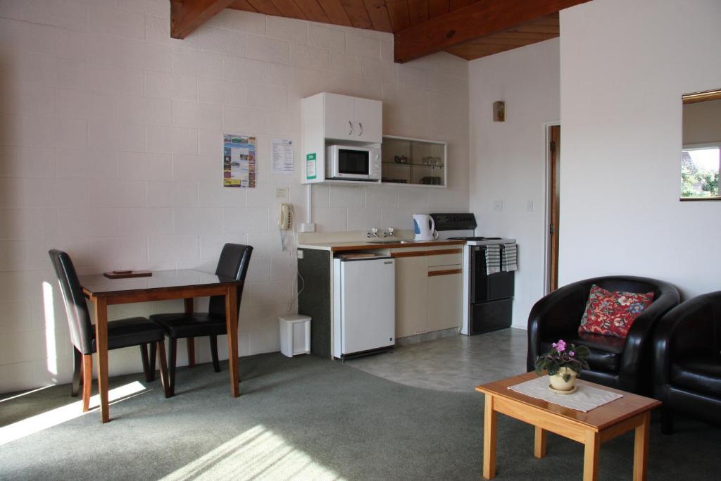 A kitchen or kitchenette at Coachman's Lodge Motel