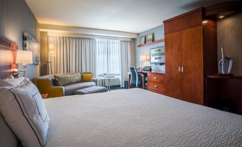 A bed or beds in a room at Courtyard Los Angeles Westside