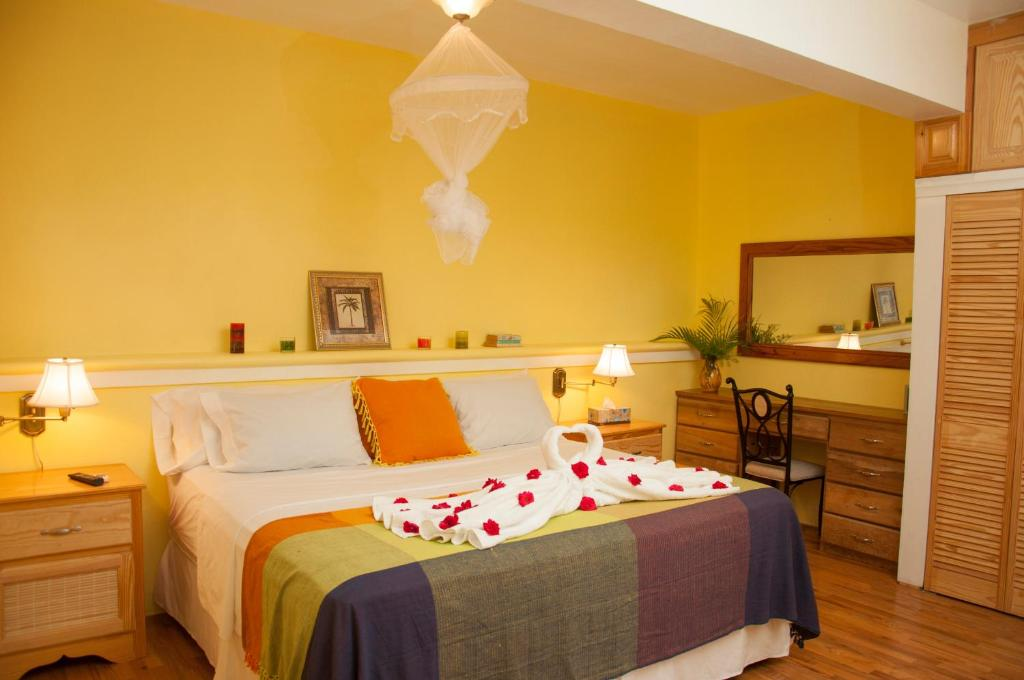 A bed or beds in a room at Diamond View Cottages
