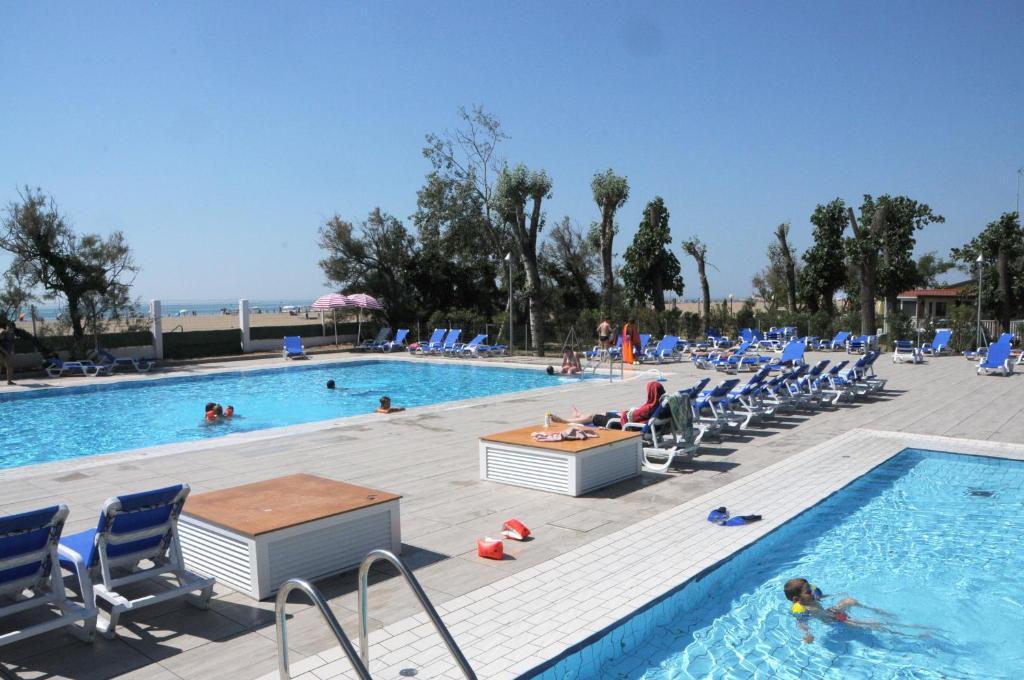 Bazén v ubytování Campeggio Falconera nebo v jeho okolí