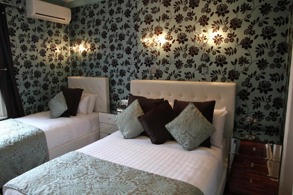 A bed or beds in a room at Crompton Guest House