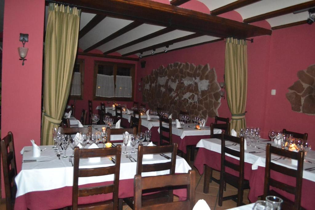 A restaurant or other place to eat at Hotel - Restaurante Prado Del Navazo