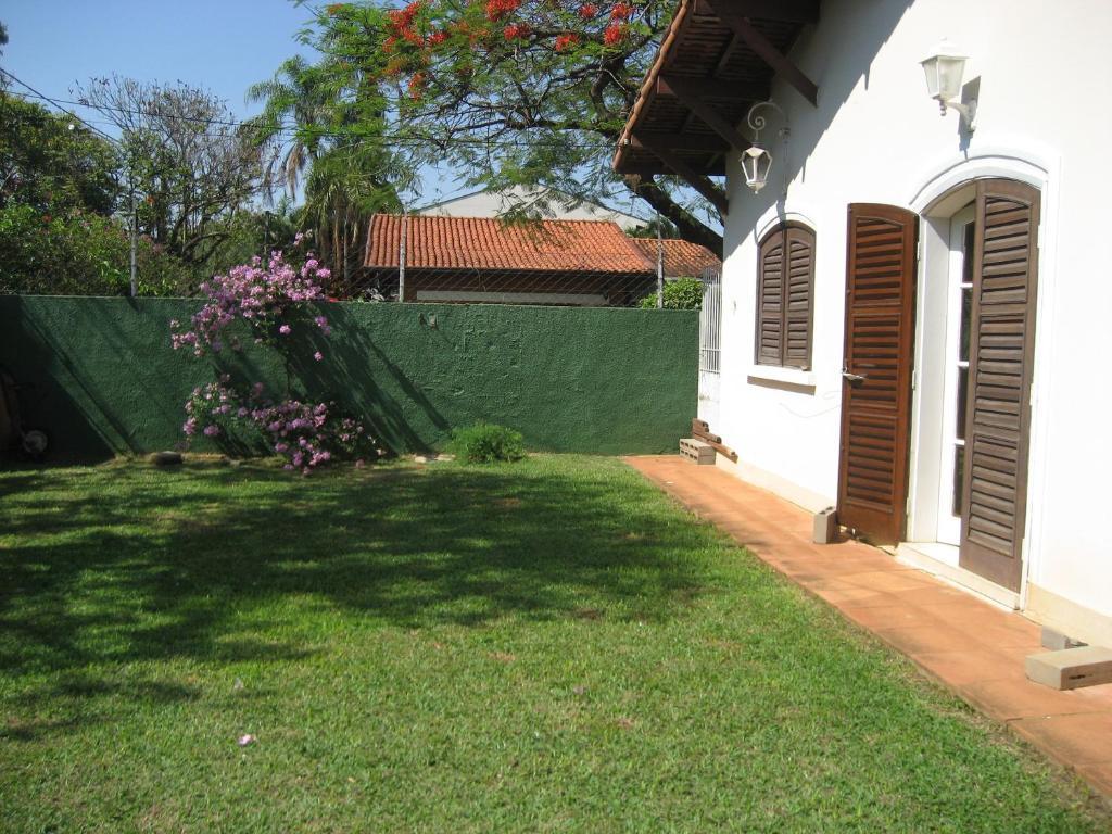 A garden outside Hospedagem UniCanto