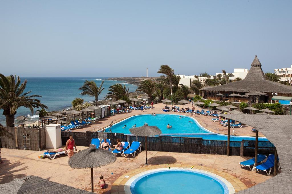 Uitzicht op het zwembad bij SBH Hotel Royal Mónica of in de buurt