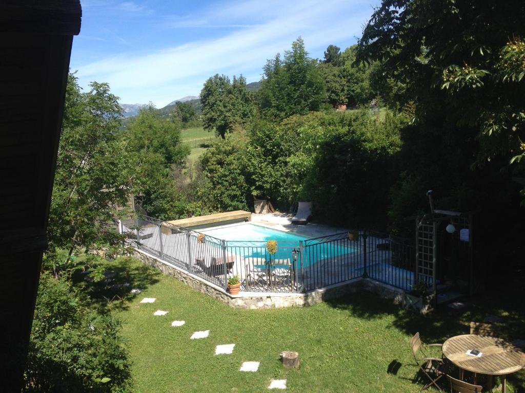Vue sur la piscine de l'établissement La Pastorale ou sur une piscine à proximité