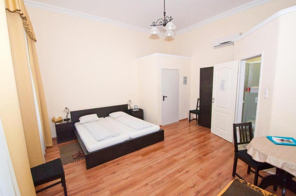 A bed or beds in a room at K+T Boardinghouse