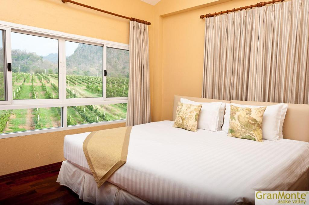 A bed or beds in a room at GRANMONTE Wine Cottage