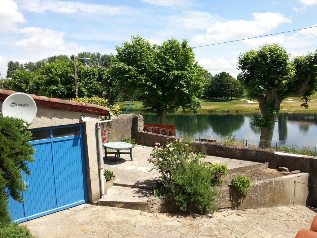 Vue sur la piscine de l'établissement Le Gîte du Port ou sur une piscine à proximité