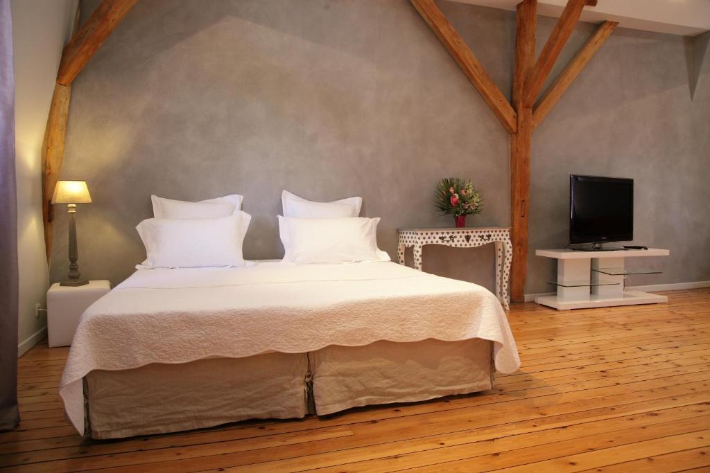 Ein Bett oder Betten in einem Zimmer der Unterkunft A la Fleur de Lys