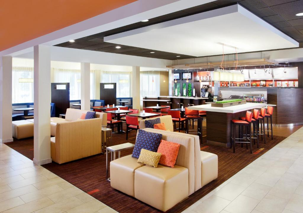 A restaurant or other place to eat at Courtyard Sacramento Airport Natomas