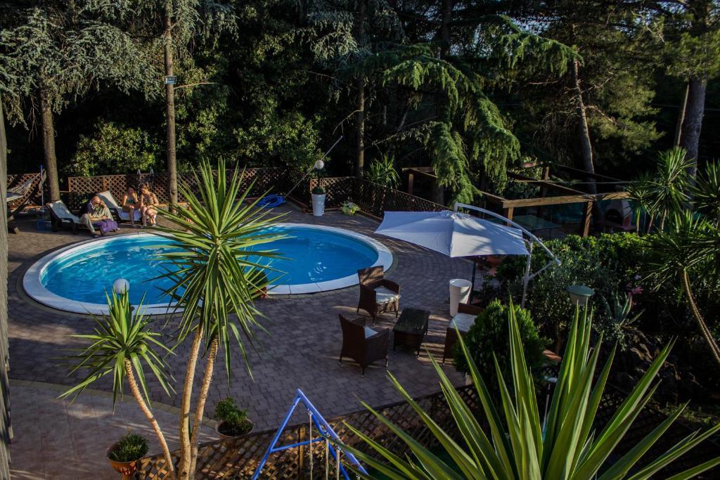 Vista sulla piscina di B&B Etna House o su una piscina nei dintorni