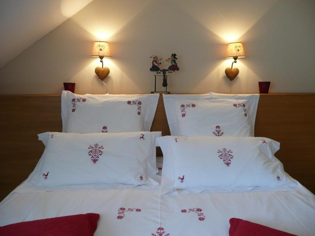A bed or beds in a room at Chambre d'hôtes La Forestière