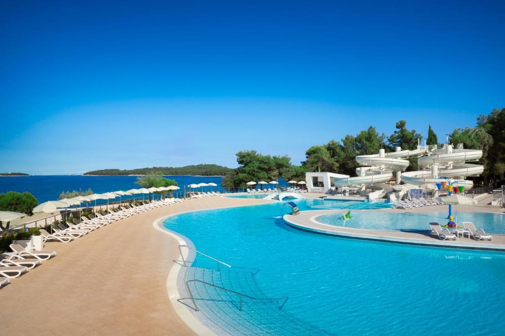 Der Swimmingpool an oder in der Nähe von Villas Rubin Apartments