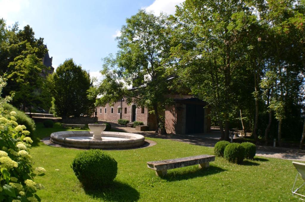 Jardin de l'établissement Les Confidences de Messire Sanglier, stylished guest houses