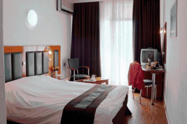 Кровать или кровати в номере Elpida City Hotel