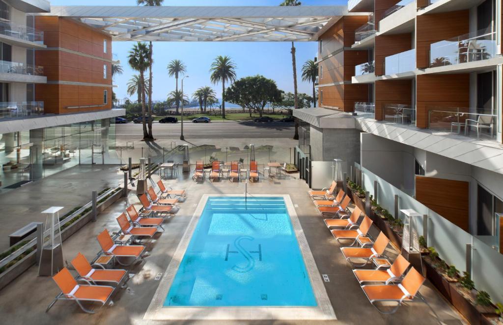 Ein Blick auf den Pool von der Unterkunft Shore Hotel oder aus der Nähe