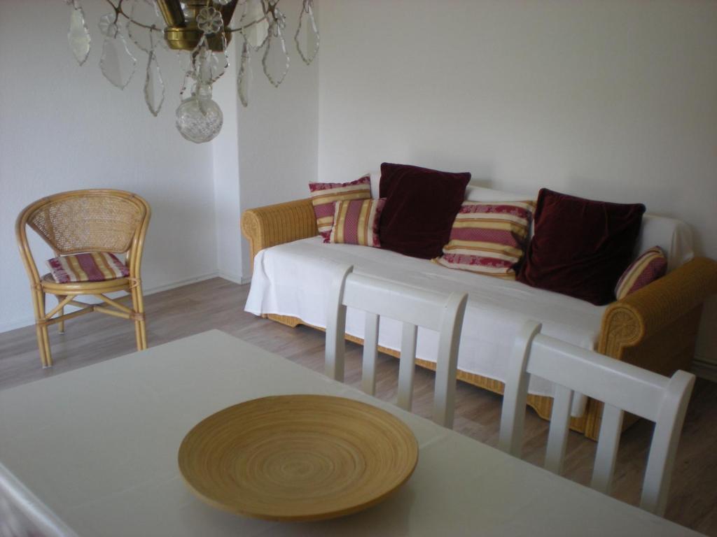 Ein Sitzbereich in der Unterkunft Helle Ferienwohnung im Roten Feld