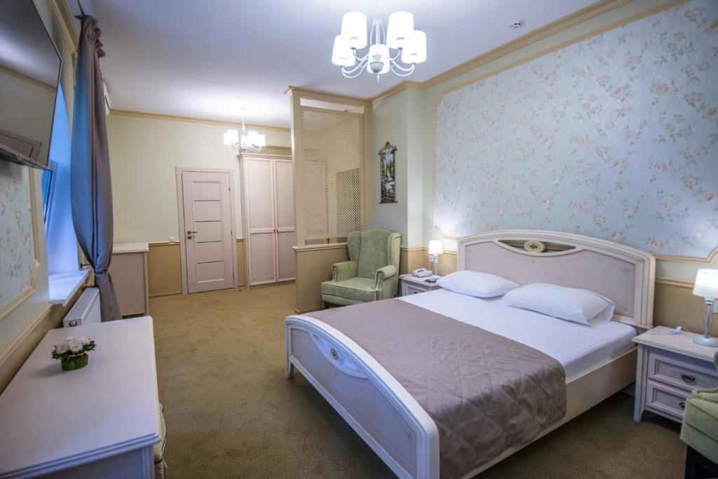 A bed or beds in a room at Sherton Hotel