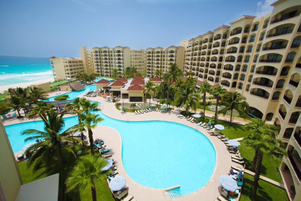 Вид на бассейн в The Royal Islander – An All Suites Resort или окрестностях