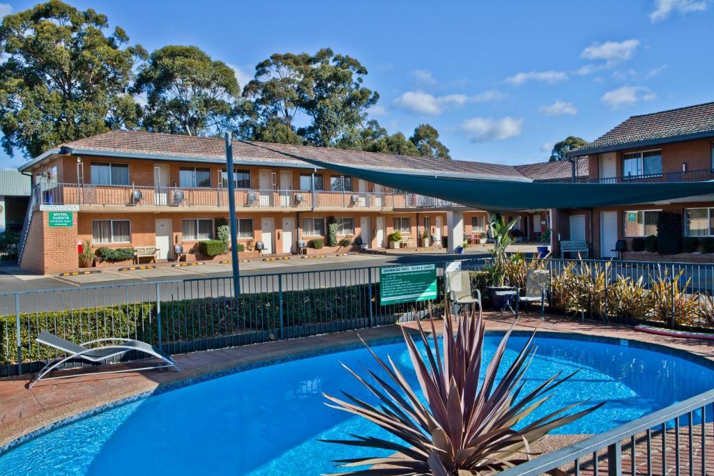 The swimming pool at or near Narellan Motor Inn